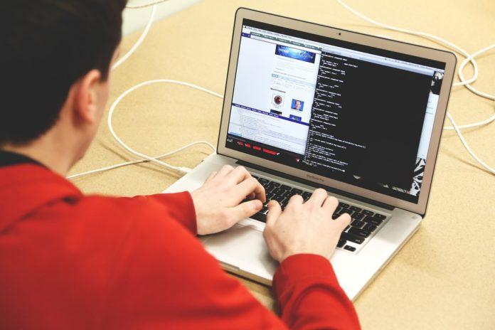 Jeune sur ordinateur
