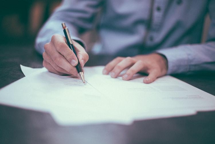 Un acquéreur contractant un crédit immobilier
