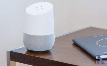 Google Assistant posé sur une table