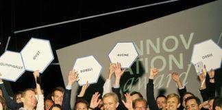 Bernard Arnault posant avec une équipe de LVMH