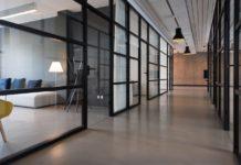 Des bureaux d'entreprises avec canapé et stores