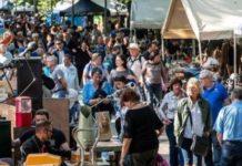 Des chercheurs de bonnes affaires lors de la braderie de Lille en 2018