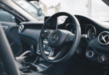 A l'intérieur d'une Mercedes Benz, place conducteur