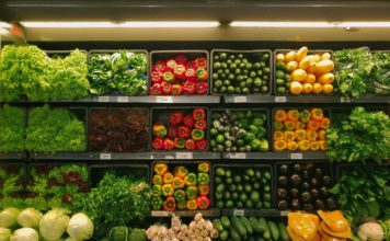 Un rayon de produits bio dans un supermarché