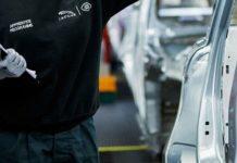 Une employée de Jaguar Land Rover inspectant un véhicule.