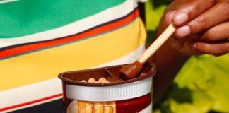 Un enfant dégustant du Nutella.