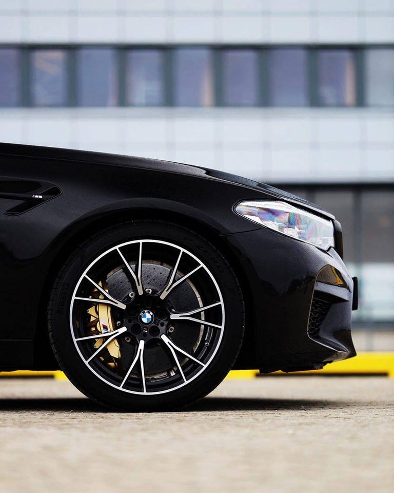 Une roue et des jantes d'une BMW M5 Competition.