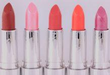Cinq rouges à lèvres de couleurs différentes.