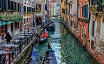 Un canal de Venise avec des gondoles.