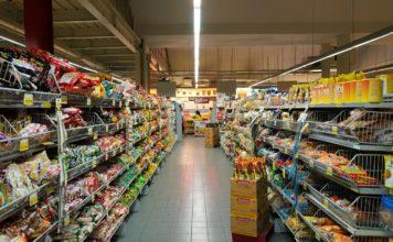 Un rayon de produits alimentaires dans un supermarché.