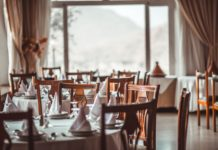 Un restaurant avec des tables et des couverts.