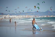 Des personnes sur une plage en Espagne.