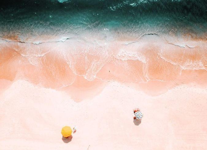 Une plage vue du ciel.