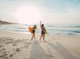 Deux jeunes filles sur une plage de Prainha, au Brésil.