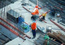 Des travailleurs du bâtiment sur un chantier (crédits : Unsplash).