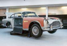 La mythique DB5 d'Aston Martin dans un atélier de montage (Photo : Aston Martin).