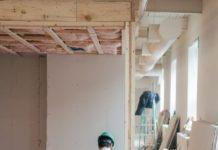 Un ouvrier du bâtiment en train de renover une maison.