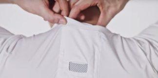 Un mannequin rangeant le climatiseur portable Reon Pocket dans le cou, dans le t-shirt spécial.