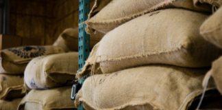 Des sacs de farine dans un entrepôt.