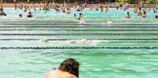 Deux jeunes femmes dans une piscine publique.
