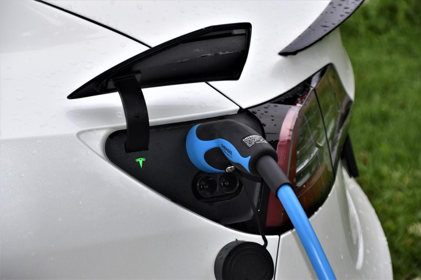 Une voiture Tesla branchée à une borne de recharge.
