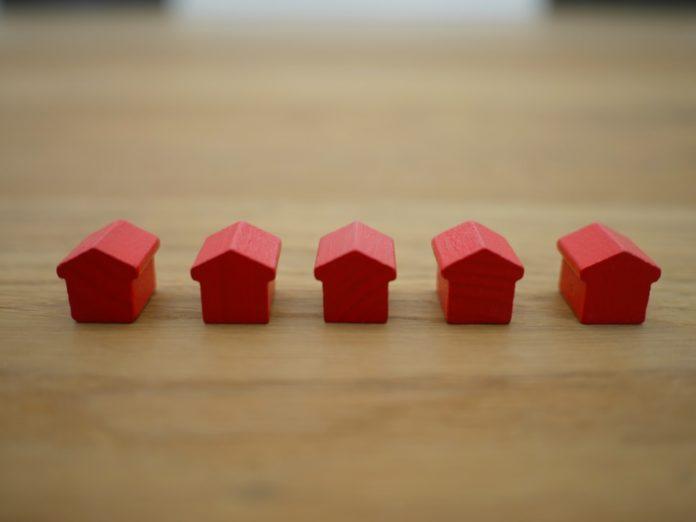 De petits blocs rouges representant des maisons.