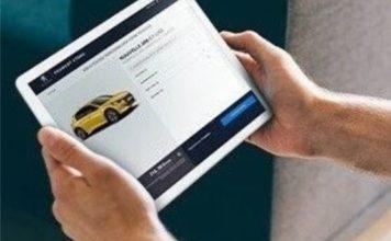 Un homme commandant une voiture Peugeot en ligne à partir de sa tablette (Photo : Peugeot).